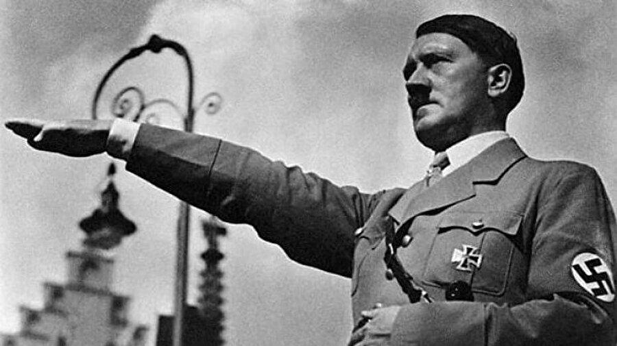 9. Hitler Rusya'yı ele geçirebilseydi?                                      Sonuç: Hitler, tarihe çok sevilen bir lider olarak geçerdi.Robert Harris'in romanı Fatherland'de, Nazi Almanya'sı 1942'de Rusya'yı başarıyla ele geçiriyor ve İngilizlerin Enigma'nın şifresinin kırıldığını öğreniyor. Bunun sonucunda Naziler, işlerini sağlama alıp barış yapıyorlar. Propagandanın büyüsü sayesinde de Hitler tarihe çok sevilen bir lider olarak geçiyor. Bu tabii ki alternatif bir örnek, ama Harris'in romanı birçok tarihçi tarafından çok başarılı ve gerçekte olacaklara paralel olarak kabul ediliyor.