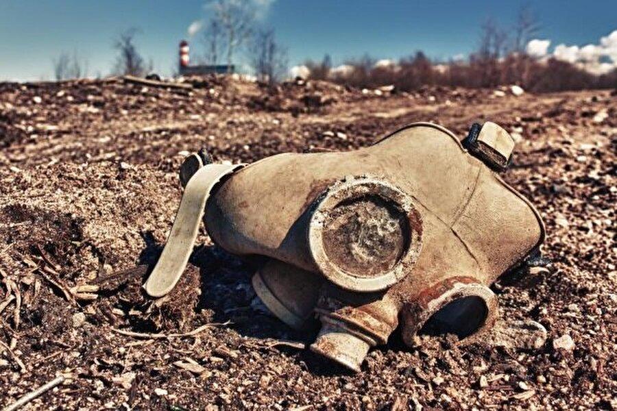 İlk kullanılış tarihi: M.Ö 600 İlk kez milattan önce 600'de Atina ordusu tarafından Kirra şehrinin kuşatılmasında kullanılan kimyasal ve biyolojik silahlar, asırlar sonra yine birçok ülke tarafından savaşlarda kullanıldı. Etkileri son derece zararlı olan bu silahlar, çok sayıda canlının yaralanmasına ve yaşamını yitirmesine neden oldu.