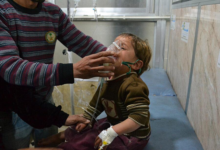 Suriye'deki kimyasal silahlar BMGK'de görüşüldü Yakın tarihte Irak ve Suriye'de de kullanılan kimyasal silahlar, binlerce masum insanın hayatına mal oldu.          Irak'ın devrik lideri Saddam Hüseyin'in, 16 Mart 1988'de düzenlediği, tarihe kara bir leke olarak düşen Halepçe katliamında kullanılan kimyasal gaz saldırısında çoğunluğu kadın ve çocuk en az 5 bin kişi hayatını kaybetti, binlerce kişi yaralandı.