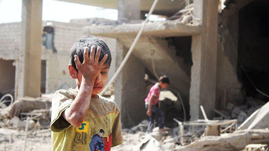 Dünya Doğu Guta'ya sessiz kaldı Suriye'de Beşşar Esed rejiminin, Doğu Guta bölgesinde Ağustos 2013'te düzenlendiği kimyasal saldırıda, bin 400'ün üzerinde sivil hayatını kaybetti. Bu korkunç saldırının ardından kimyasal silah kullanımından vazgeçmeyen ve tekrarlayan Esed rejimi, 2013'teki saldırısından sonra gelen uluslararası baskılar neticesinde kimyasal silah stoklarının imha edilmesini kabul etti. Kimyasal Silahları Yasaklama Örgütü (KSYÖ) gözetiminde kimyasal silahların bir kısmı açık denizde imha edildi fakat bir yıldan fazla süren imha işleminin ardından rejim güçleri, kimyasal saldırılara devam etti. BM ve KSYÖ silah stokların hepsinin teslim edilmediğini açıkladı.
