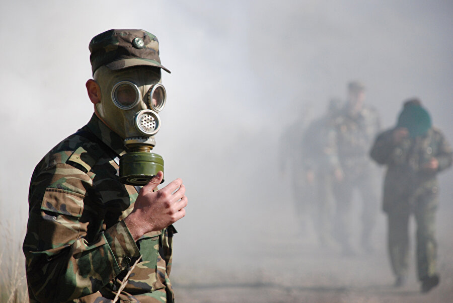 Kimyasal silahların kullanımı engellenemiyor Kimyasal silahların kullanılmasının yasaklanması amacıyla çok sayıda uluslararası girişime rağmen bu silahların kullanılması halen tam olarak engellenebilmiş değil.          Son olarak 29 Nisan 1997'de yürürlüğe giren Kimyasal Silah Sözleşmesine, 192 ülke taraf oldu. İsrail, Mısır, Kuzey Kore ve Güney Sudan ise anlaşmaya dahil olmayı kabul etmedi.Sözleşmeyle kimyasal silahların üretimi, depolanması ve kullanımı yasaklanıyor. Ayrıca ülkeler, kimyasal silah stoklarını ve bunların nerede üretilebileceğini bildirmek zorunda.