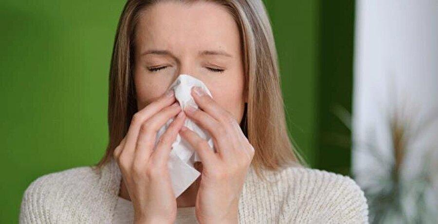"""Alerjik nezle Alerji, bağışıklık sistemimizin polen, ev tozu akarı, hayvan tüyleri ve bazı besinler gibi çeşitli yabancı maddelere karşı reaksiyon göstermesi sonucu gelişen bir durum. Alerjiye hedef olan önemli organlardan biri de burun oluyor. Kulak Burun Boğaz Uzmanı Doç. Dr. Elif Aksoy alerjik reaksiyon sonucunda burun tıkanıklığı, art arda hapşırıklar ve burun akıntısı gibi sorunların oluştuğunu belirterek, """"Alerjiler polenlere bağlı ise mevsimsel gelişebiliyor veya ev tozu gibi bir sebepten oluşuyorsa tüm yıl boyunca da devam edebiliyor. Alerjik nezlede ilk tedavi yöntemi alerji sebebinden uzak durmak. Bu mümkün değilse, hastanın şikayetleri ilaç tedavileriyle büyük ölçüde giderilebiliyor"""" diyor."""