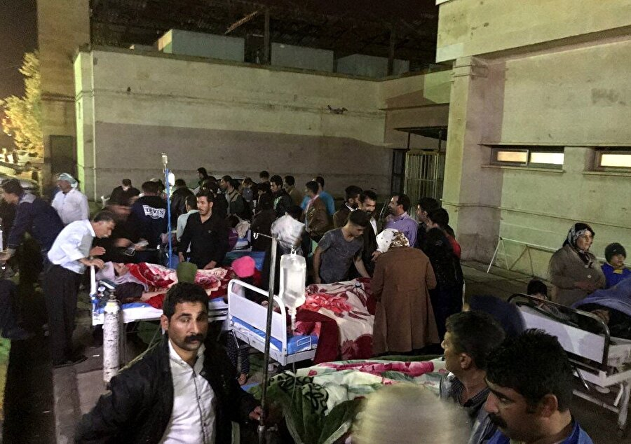 İran'da 6.4 büyüklüğünde deprem: 646 yaralı İran devlet televizyonu, 25 Kasım akşamı Kermanşah eyaletinde meydana gelen 6,4 şiddetindeki depremde yaralı sayısının 646'ya ulaştığını duyurdu. Yetkililer, Kirmanşah eyaletine bağlı Serpol Zehab'ta 290, Gilanigarb'ta 170, Kasrı Şirin'de 109, Batı İslamabad'da 54 ve diğer bölgelerde 23 kişinin yaralandığını açıkladı. Tahran Üniversitesi Jeofizik Enstitüsü Sismoloji Merkezinden yapılan açıklamada 6,4 büyüklüğündeki depremden sonra 148 artçı sarsıntı yaşandığı bildirildi.