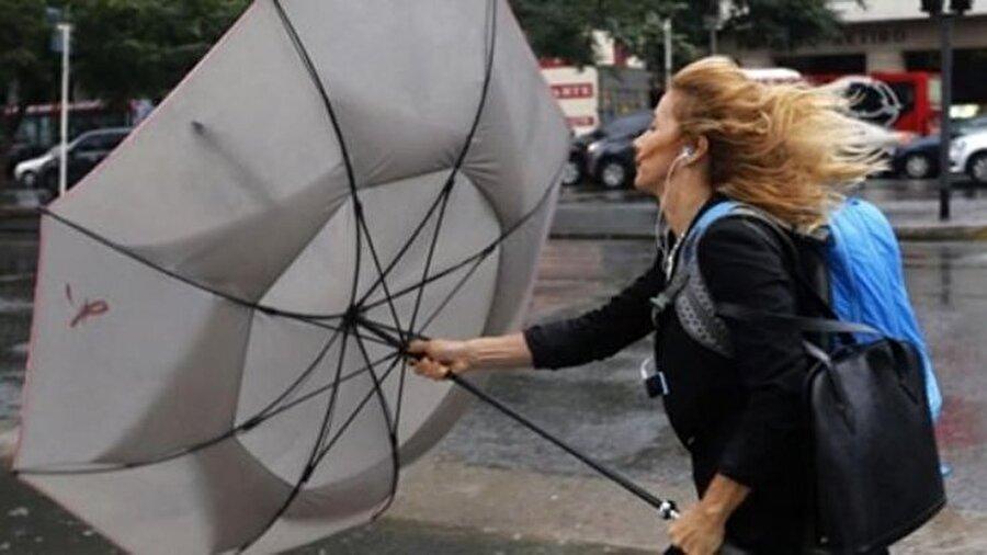 1. Rüzgara dikkat Rüzgarın en etkin olduğu sabah saatlerinde yüzünüzü korumadan dışarı çıkarsanız, yüz felci geçirme ihtimaliniz çok yüksek. Yüzünüzü direkt soğuğa maruz bırakmamak, yüz felcinden en önemli korunma yoludur. Soğuk ve rüzgarlı havada yüz ve başınızı soğuktan koruyacak şekilde şapka, şal ve atkı kullanmayı ihmal etmeyin.