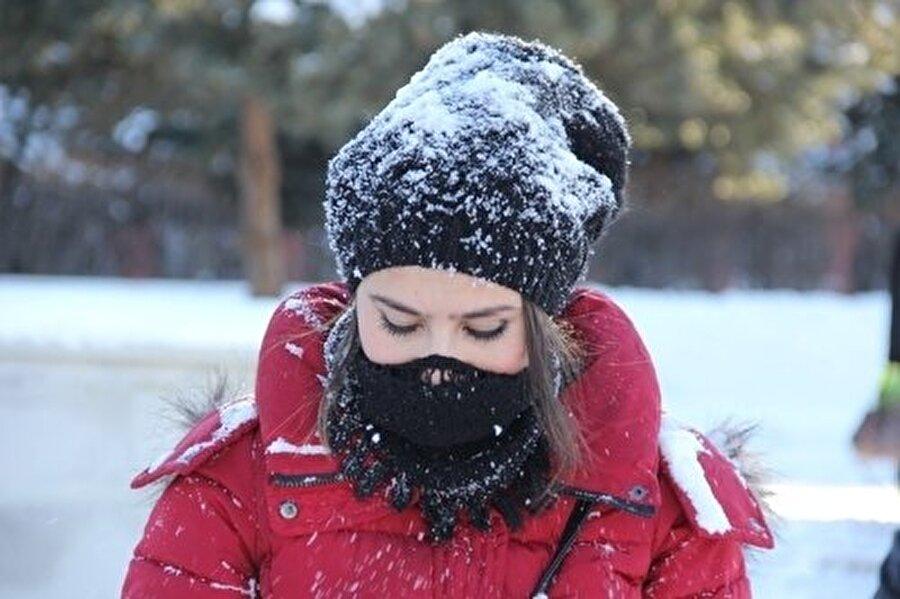 2. Yüzünüz ıslak dışarı çıkmayın Soğuk kış günlerinde duş alıp dışarı çıkmak ise yüz felcine davetiye çıkarıyor. Bu nedenle saçlarınız tam kurumadan dışarı çıkmamaya özen gösterin.