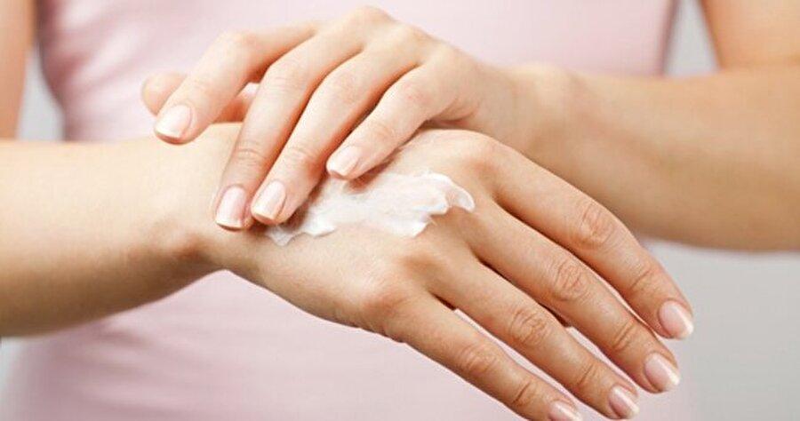 Ellerinize yoğun nemlendiricili el kremi sürün                                                                                                                                                     Her ne kadar eldivende kullansanız elleriniz üzerinde çatlaklık ve kuruluk hiç gitmez. İşte bunun için çoğunlukla yoğun nemlendiricili el kremlerini tercih edin.