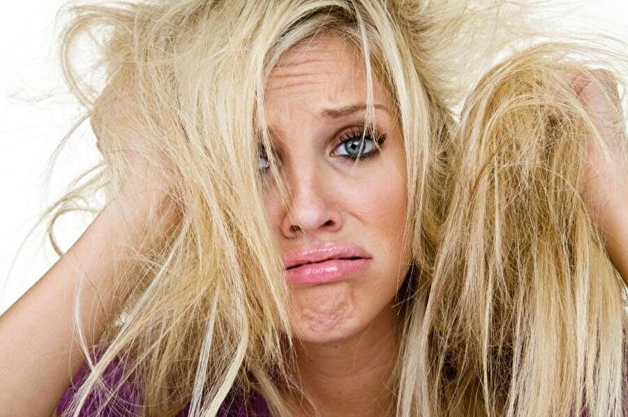 Elektriklenen saçlar için krem veya havlu peçete kullanın                                                                                                                                                     Özellikle bu mevsimlerde oldukça sık karşılaşılan elektriklenme sorununa çözüm saçlarınıza uygulayacağınız 2 yöntemde saklı.  + 1. yöntem: Saçlarınıza, elinize veya dudağınıza sürdüğünüz kremden sürmek + 2. yöntem: Banyodan çıktıktan sonraki süreçte saçlarınızı havlu peçete ile kurulamak