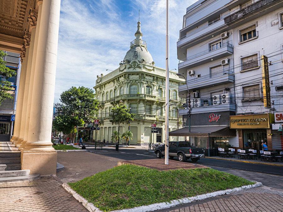 Paraguay başkanlık sistemiyle yönetiliyor                                                                                                                Başkanlık sistemiyle yönetilen Paraguay'da parlamenter demokrasi uygulanıyor. Devlet Başkanı, devletin ve hükümetin başı.          Başkan ve başkan yardımcısı, 45 üyeli senato ile 80 üyeli temsilciler meclisi 5 yılda bir yapılan seçimlerle belirleniyor.          İdari olarak 17 eyalet ve federal başkent Asuncion olmak üzere 18 birime bölünmüş Paraguay'da eyaletler doğrudan seçilmiş eyalet valileri ve eyalet meclislerince yönetiliyor.2008'de seçilen ve 2012'de azledilen Fernando Lugo'nun dönemi dışında, Paraguay 1945'ten bugüne Colorado'nun politikalarıyla idare ediliyor.Öte yandan, Paraguay Birleşmiş Milletler, Güney Amerika Uluslar Topluluğu, Dünya Ticaret Örgütü, Uluslararası Polis Teşkilatı, Uluslararası Çalışma Örgütü, Karayip Topluluğu'na üye.