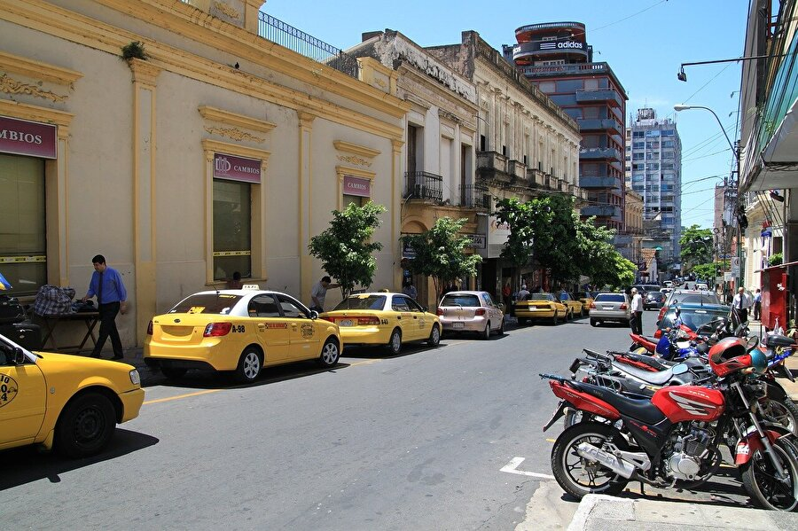 Ülke ekonomisi                                                                                                                Kırsal kesimdeki nüfusun çoğunluğunun tarımla uğraştığı Paraguay dünyanın 5'inci büyük soya üreticisi. 2014'ten beri bölge ülkeleri ekonomik gerileme yaşarken Paraguay ekonomisi yıllık yüzde 4 büyüdü.          Doğal kaynakları arasında hidro güç, demir, manganez ve kireçtaşı bulunan ülkenin kişi başı gayri safi yurtiçi hasılası 2017'de 9 bin 800 dolar seviyesindeydi.          2017'de 11,7 milyar dolarlık ihracat yapan ülkenin dış satımında yüzde 31 ile Brezilya, yüzde 15 ile Arjantin, yüzde 6 ile Şili ve yüzde 5 ile Rusya başı çekiyor. Başlıca ihraç ürünleri arasında soya fasülyesi, çiftlik hayvanı, et ürünleri, yemeklik yağ, ahşap, pamuk ve altın yer alıyor.          Aynı yıl ithalatı 10,3 milyar dolar olarak kayıtlara geçen Paraguay'ın en çok ürün aldığı ülkeler yüzde 31 ile Çin, yüzde 23 ile Brezilya, yüzde 12 ile Arjantin ve yüzde 7 ile ABD. Başlıca ithal ürünleri arasında karayolu taşıtları, tüketim malları, tütün, petrol ürünleri, elektronik eşya ve kimyasallar bulunuyor.          Ülkenin 3,4 milyon kişilik iş gücünün yarısını tarım sektörü oluştururken, ülke geneli işsizlik oranı geçen yıl yüzde 5,7 olarak hesaplandı.