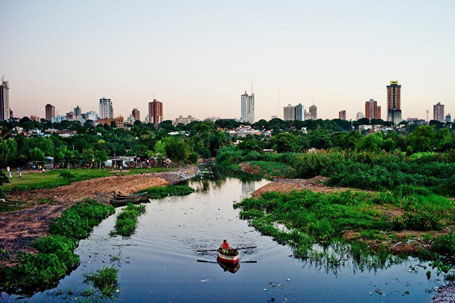 """190 ülkenin arasında 108. sırada                                                                                                                2016'da dış borcu 16,4 milyar dolar olan Paraguay'ın geçen yıl için açıklanan dış borç miktarı ise 17,1 milyar dolar.          Paraguay, Dünya Bankasının 2017 İş Yapma Kolaylığı Raporu'nda 190 ülke arasında 108. sırada bulunuyor.          Nehir taşımacılığı yapılan ülkede hidroelektrik santrallerle önemli düzeyde elektrik enerjisi üretiliyor.          Paraguay'da bulunan 14 bin kilovatlık kapasiteye sahip """"İtaipu"""" hidroelektrik santrali, Çin'deki """"Three Gorges""""ten sonra dünyanın ikinci büyük santrali.          Parana nehri üzerinde 700 megavatlık 20 üniteyle hizmet veren santral, ülkenin enerji ihtiyacının yüzde 73'ünü karşılıyor. Brezilya'nın ihtiyacı olan elektrik enerjisinin yüzde 17'si de yine bu santralden temin ediliyor."""
