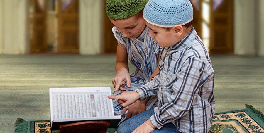 2. Çocukların berrak ve meraklı zihinlerinden faydanlanın                                                                                                                                                     Çocuklar meraklıdır. Keşfetmek, anlamak ve bilmek isterler. Doğru eğitildikleri zaman ise bu özellikleri daha da artar. Sorgulamaya, sorular sormaya başlarlar. İkna olduklarını ve iyi bildiklerini ise severler. Bu yüzden Kur'an-ı Kerim-i okumayı öğretmeye önce Onu anlatmakla ve sevdirmekle başlamak doğru olacaktır. Bunun için Kur'an-ı Kerim deki Allah'ın birliği, isim ve sıfatlarını anlatan ayetleri çocuksu bir dille hikayeleştiren kitapları almak ve okumak başlangıç için faydalı olacaktır. Bu kitapların sonrasında Kur'an-ı Kerim de anlatılan kıssalardan okumaya ve anlatmaya geçilebilir. Ancak Kur'an –Kerim' den kıssalar okurken hatırlamamız gereken Kur'an-ı Kerim'in ticaret, miras, inanç, ahiret vs. birçok konudan bahsettiği ve bunların çocukların anlayamayacakları konular olabileceğidir. O halde çocuklara Kuran'ı Kerim'in güzel ahlak, umut ve müjdeleyici ayetlerini anlayabilecekleri bir dille hayatın her alanında hatırlatmak ve yaşayarak örnek olmak en doğru eğitim şekli olacaktır.