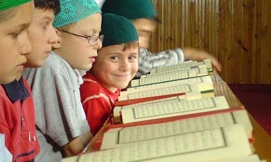 3. Kur'an alfabesi için ideal yaş 4-5'tir                                                                                                                                                     Elbette daha önce de başlanabilir. Ancak çok küçük yaşta böyle bir eğitime tabi tutulan çocuklar sonraki yıllarda negatif bir durumla karşılaşabilirler. Baskıdan bunalıp reddetme gibi.
