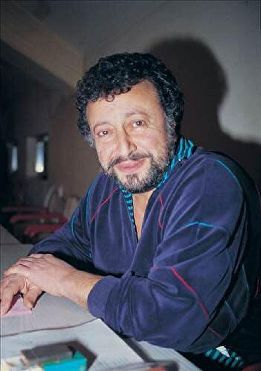 Metin Akpınar hayatı Tiyatro ve sinema sanatçısı Metin Akpınar, 02.11.1942'de İstanbul'da doğdu. Pertevniyal Lisesi'nde eğitim gören Akpınar, daha sonra İstanbul Üniversitesi Hukuk ve Edebiyat Fakültesi'nden mezun oldu. 1962'de Türk Talebe Birliği'nde amatör olarak tiyatroya başlayan usta isim, iki yıl sonra ilk kez profesyonel bir oyunda yer aldı ve bu tarihten sonra önemli tiyatro yapımlarında rol aldı.