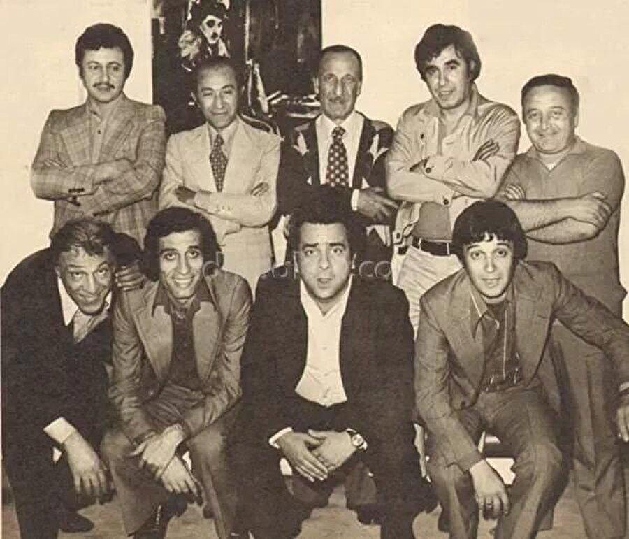 """İlk filmi Kemal Sunal ile... İlk sinema filmi Kemal Sunal için de bir ilk olan 1972'de Ertem Eğilmez'in çektiği başrollerinde Tarık Akan ve Filiz Akın'ın oynadıkları Tatlı Dillim oldu. Bu filmin ardından Zeki-Metin ikilisi olarak birçok filmde birlikte oynadılar. Zeki Alasya ile birlikte oynadığı toplumsal içerikli komedi filmleriyle tanınan aktör, """" Nereye Bakıyor Bu Adamlar """", """" Davetsiz Misafir """", """" Patron Duymasın """", """" Köyden İndim Şehire """", """"Petrol Kralları """" gibi filmlerde rol aldı."""