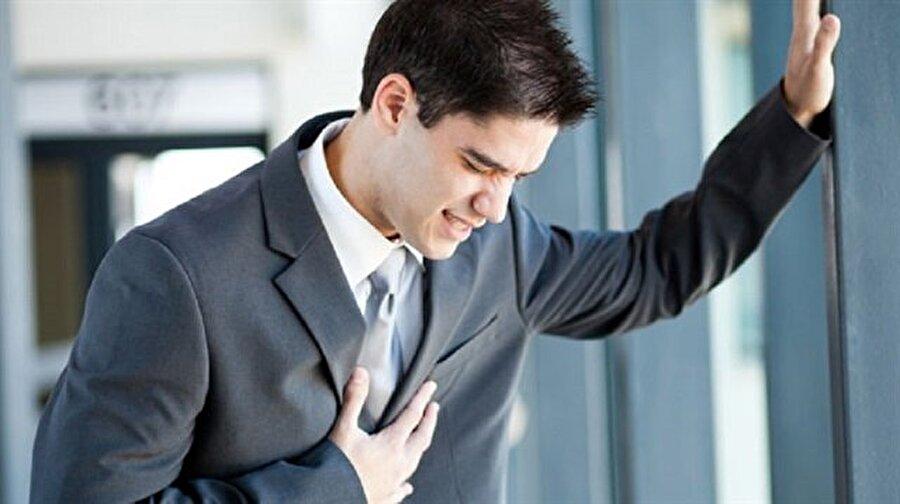"""Genç yaşta yüksek kalp krizi riski                                                                                                                Kalp kontrolü ilk olarak bebek anne karnındayken başlamalıdır. Yapılan fetal eko tetkikiyle her türlü kalp hastalığı bebek anne karnındayken saptanabilir. Karıncıklar arası delik, kalp kapak darlıkları, kulakçıklar arasında geniş delik, kalpten çıkan ana damarların yer değiştirmesi, birçok kalp bozukluğu ve kalp hastalıklarının tanısı konulur. Bunun yanında çocuk beş yaşına gelene kadar mutlaka bir eko çekilmelidir. Ayrıca hayatın ilk 20 yılında çocuk ve gençlerin kan yağlarına, kolesterol değerlerine birkaç kez bakılmalıdır. Çocuk ve gençlerde gözlenen ve kalp krizi olarak yorumlanan ölüm olaylarının nedeni doğumsal kalp anomalilerine bağlı ritim bozukluğu ve kalp durmasıdır. Ritim bozuklukları doğuştan gelen kalp hastalıkları, kalp büyümesi, kapak hastalıklarına bağlı olabildiği gibi genetik geçiş gösteren sorunlar da sebep olabilir. Bu nedenle """"Çocukların ve gençlerin kalp kontrolü yapmasına gerek yok"""" algısı yanlıştır."""