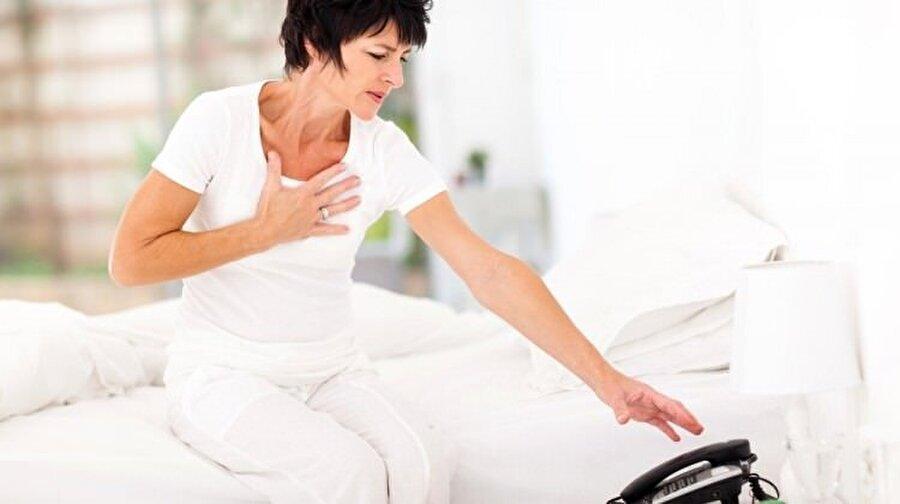 Kadınlarda görülme riski daha düşük                                                                                                                Kadınlarda bundan 20-30 sene öncesinde kalp hastalıklarının görülme oranı erkeklere oranla daha düşüktü. Ancak modern yaşamla birlikte kadınlar da erkekler gibi çalışma hayatının içinde yer almaktadır. Son yıllarda kadınlar gündüz iş yerinde çalışmakla birlikte akşamları ikinci bir iş olarak evleriyle ilgilenmeye başlamışlardır. Ve kadınların sigara içme oranı eskiye göre daha da yükseldi. Kadınlarda kalp sağılığı deyince, ilk akla gelen faktörlerden biri, östrojen hormonunun kalbi korumasıdır. Östrojenin kadınlarda damarlar üzerinde koruyucu etkisi olduğu bilinmektedir. Bunun yanında östrojen damar iç yüzeyindeki parlak yüzeyi korur, damar sertliğini önler. Ama östrojenin bir özelliği de menopozla birlikte ortadan kalkmasıdır. Östrojen etkinliğinin azalmasına bağlı olarak tabiat kadınlarda tamamen tersine döner ve koroner hastalıklarla beraber şeker, kolesterol, yüksek tansiyon, kemik erimesi de östrojen etkinliğinin azalmasıyla ortaya çıkmaktadır. Emzirmemek tabiatın kadınlara armağanı olan östrojen hormonunun erken kaybolmasına neden olur. Bu nedenle kadınlar erkekler kadar koroner kalp hastalıkları riskini taşımaktadır. Ayrıca kadınlar sigarayı bırakma konusunda son derece başarısızlar.