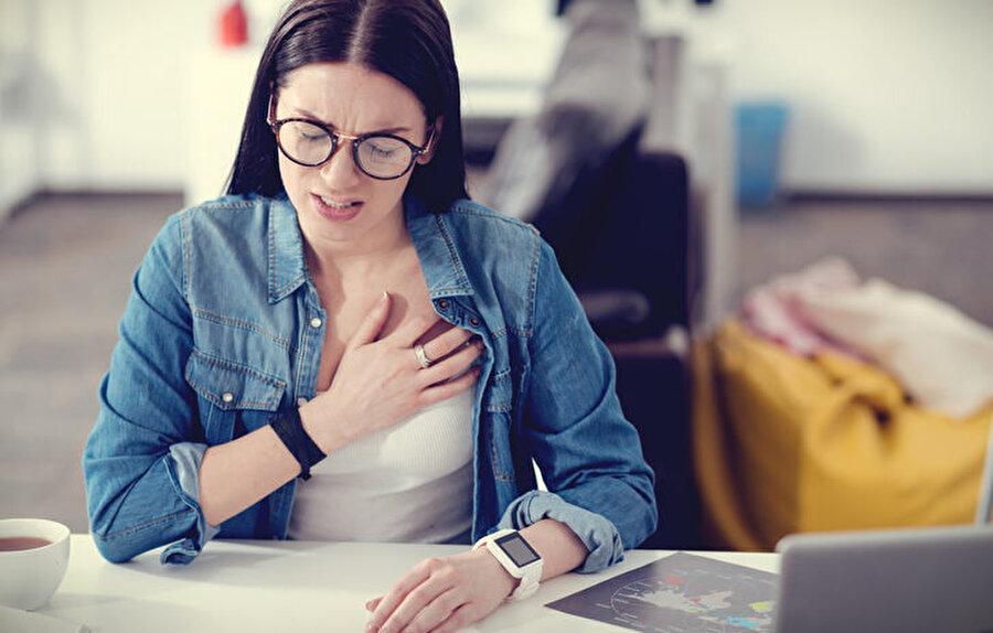 Gençlerde yüksek tansiyon riski yüksek                                                                                                                Kalp hastalıkları çok faktörlüdür. Genetiğinde kalp sorunu olmayan, kilolu olmayan, stresli olmayanlarda da kalp hastalıkları görülebilir. Özellikle gençler tansiyonlarının yüksek olduğunun farkında olmayabilirler. 20-22 yaşında yüksek tansiyon nedeniyle aort damarı yırtılan vakalar da vardır. Türk Kardiyoloji Derneği'nin yaptığı bir çalışmaya göre, yüzde 50'den fazla kişi tansiyonunun yüksek olduğunun farkında değil. Tansiyon yavaş yavaş yükselirse kendisini belli etmeyen bir sorun. O nedenle 20 yaş öncesinde de, 20 yaş sonrasında tansiyon, kan yağları gibi kalp tetkikleri mutlaka yapılmalıdır.