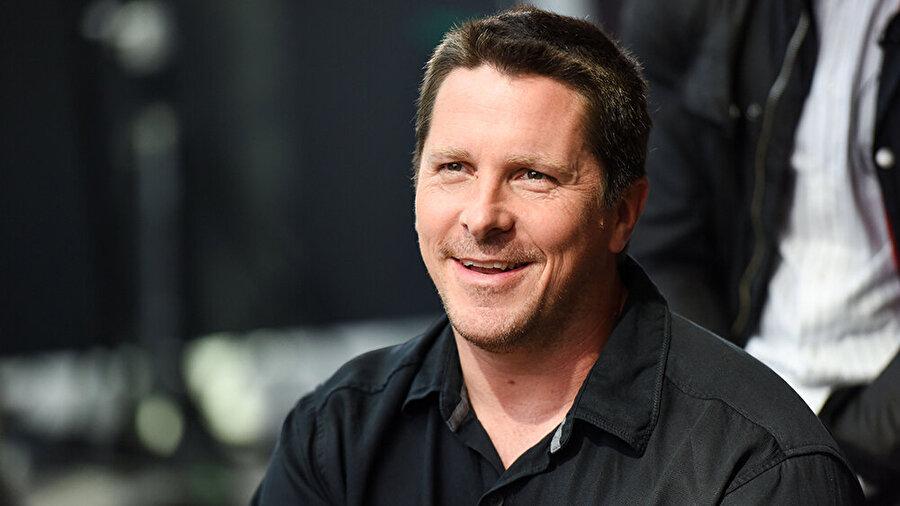 Christian Bale canlandırıyor Dev bir petrol şirketinin CEO'su iken politikaya atılan ve bir dönem ABD Başkan Yardımcısı olarak görev yapan Dick Cheney'yi Hollywood'un kılıktan kılığa girmesiyle ünlü Oscarlı aktörü Christian Bale canlandırıyor.