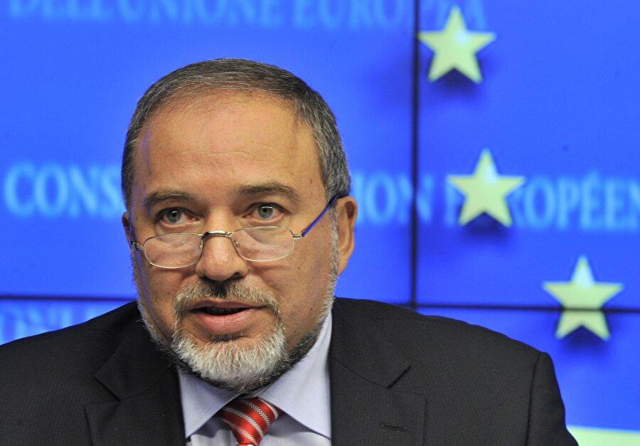 İstifasından hemen önce, Filistinlilerle görüşmüş İsrail eski Savunma Bakanı Avigdor Liberman'ın, 15 Kasım'da hükümetten istifa etmeden hemen önce, Filistin Yönetimi'nden üst düzey isimlerle bir araya geldiği ortaya çıktı. Liberman'la görüşen Filistin İstihbarat Başkanı General Macid Ferac ve İsrail'le sivil ilişkilerden sorumlu müdür Hüseyin Şeyh'in, ekonomik yükümlülükler konusunda İsrail'in verdiği sözleri tutmasını istediği belirtildi.