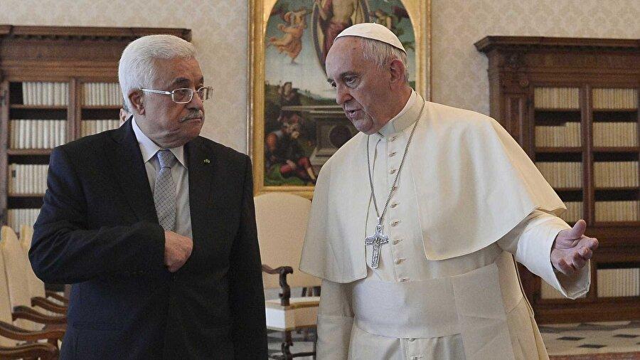 """Mahmud Abbas: ABD Orta Doğu'da bir engel Filistin Devlet Başkanı Mahmud Abbas, Vatikan'da Katolik aleminin ruhani lideri Papa Franciscus ile yaptığı görüşmede Orta Doğu sorununu ele aldı. Vatikan'daki Papalık Sarayı'nda yapılan görüşme yaklaşık 20 dakika sürdü. İtalyan haber ajanslarında yer alan haberlere göre, Abbas, Papa'ya hitaben """"Bu Noel döneminde barış için dua ediyoruz ve size güveniyoruz."""" diye konuştu. Papa Franciscus da Filistin liderine Orta Doğu'da barışa yönelik mesajlarını iletti."""