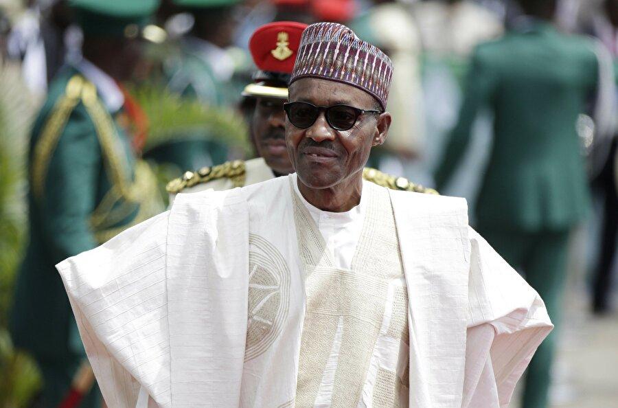 """Nijerya Cumhurbaşkanı: Ben ölmedim, sağım Nijerya Cumhurbaşkanı Muhammadu Buhari, öldüğü ve kendisinin yerine Sudanlı bir benzerinin getirildiği iddialarını yalanladı. Polonya'nın Katoviçe kentinde katıldığı bir toplantıda konuşan Buhari, """"Bu gerçekten benim. Sizi temin ederim ki benim. Yakında 76'ncı doğum günümü kutlayacağım ve gücüm-kuvvetim de gayet yerinde"""" dedi."""