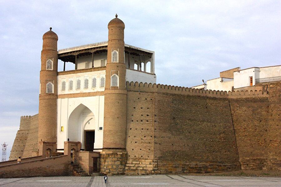 """Ark (Han Sarayı) İnce işçiliğiyle ön plana çıkan, şehirdeki en eski mimari yapılar arasında yer alan """"Ark (Kale)""""ın etrafı devasa surlarla çevrili. Kalenin ana kapısından girdikten sonra eğimli yoldan yukarı çıkarken sağda ve solda mahkumların kaldığı demir parmaklıklı hücreler bulunuyor.          Han sarayı olarak bilinen, devlet erkanı ve hizmetlilerin de yaşadığı kale içinde, emirin yazlık odası, cami, devlet hazinesinin konduğu bölme, harem ve zindan gibi bölümler de mevcut.          Tarih boyunca hem emirin sarayı hem de karargah olarak kullanılan kale içinde ahşap kapılardaki muntazam işçilik ise görenleri hayrete düşürüyor."""
