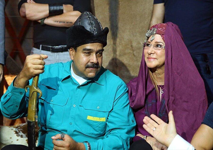Venezuela Devlet Başkanı Nicolas Maduro, 'Diriliş Ertuğrul'un Beykoz'daki setini ziyaret etti. Diziye olan hayranlığını dile getiren Maduro'nun oyunculara isimleri ile hitap etmesi dikkati çekti.