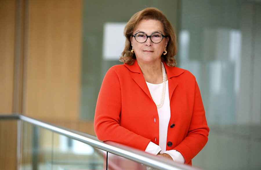 """2018'in en güçlü 100 kadını belli oldu. Forbes'un """"Dünyanın En Güçlü 100 Kadını Listesi""""nde Sabancı Holding'in Yönetim Kurulu Başkanı Güler Sabancı sıralamaya giren tek Türk olurken zirvede Almanya Başbakanı Merkel yer aldı."""