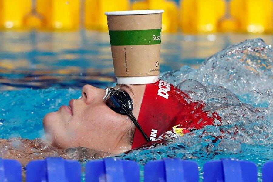 Alman yüzücü Jenny Mensing, Glasgow'da düzenlenen Avrupa Yüzme Şampiyonası'nda ısınıyor.                                                                           REUTERS/Stefan Wermuth