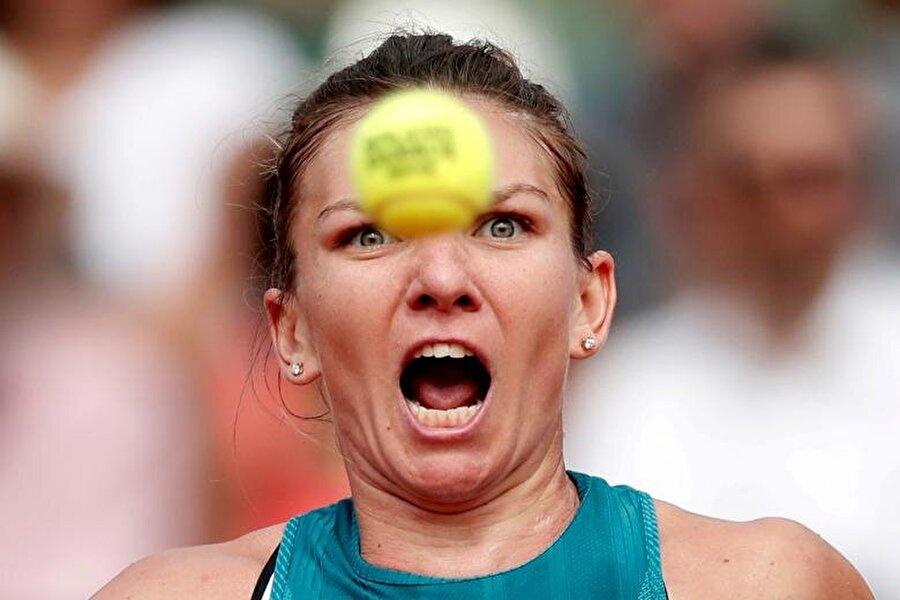 Rumen raket Simona Halep, Roland Garros'da Sloane Stephens ile oynayacağı maç öncesinde ısınıyor.                                                                           REUTERS/Benoit Tessier