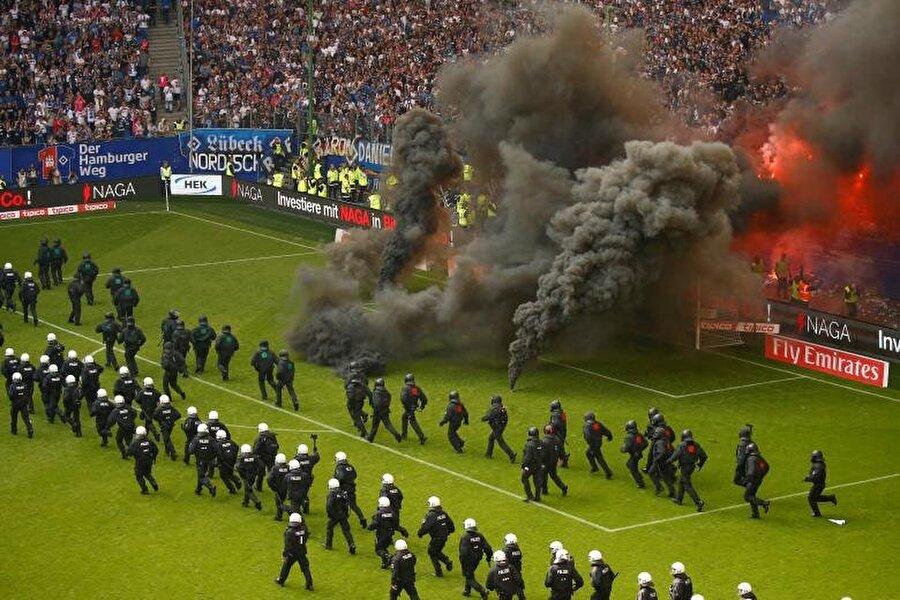 Hamburg taraftarı Borussia Moenchengladbach maçında sahayı savaş alanına çeviriyor.                                                                            REUTERS/Morris Mac Matzen