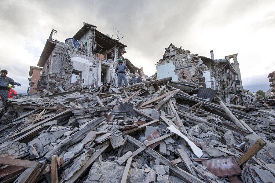 Guatemala'da 3 Haziran'da Fuego Yanardağı patladı. Yanardağda meydana gelen patlamalarda 194 kişi öldü, 234 kişi kayboldu. Afetten toplam 1,7 milyon kişi etkilendi. Patlamalar ve püsküren lavlar El Rodeo köyünü yok etti.Pasifik Okyanusu'nun güneyindeki Papua Yeni Gine'de 6 Mart'ta kaydedilen 6,7 büyüklüğündeki depremde en az 55 kişi hayatını kaybetti. Ülkede şubat sonu ve mart başında meydana gelen depremlerde 125 kişi yaşamını yitirirken binlerce kişi evlerini kaybetti.          Kenya'da nisan ayında ülke genelinde etkili olan şiddetli yağışların yol açtığı sel ve heyelanlarda en az 100 kişi öldü, 260 bin kişi evsiz kaldı.Hindistan'ın özellikle Racastan ve Uttar Pradeş eyaletlerinde mayıs ayının ilk günlerinde etkili olan kum fırtınasında 125'den fazla kişi hayatını kaybetti.          ABD'nin Hawaii eyaletindeki Kilauea Yanardağı'nın 4 Mayıs'ta faaliyete geçerek lav ve duman püskürtmesinin ardından bölgeden binlerce kişi tahliye edilirken ada 6,9 büyüklüğünde depremle sarsıldı. Hawaii'de 5 Haziran'a kadar 9 bin 900 deprem meydana geldiği bildirilirken, Kilauea Yanardağı'ndan püsküren lavlar 600'den fazla evi yok etti.Guatemala'da 3 Haziran'da Fuego Yanardağı patladı. Yanardağda meydana gelen patlamalarda 194 kişi öldü, 234 kişi kayboldu. Afetten toplam 1,7 milyon kişi etkilendi. Patlamalar ve püsküren lavlar El Rodeo köyünü yok etti.