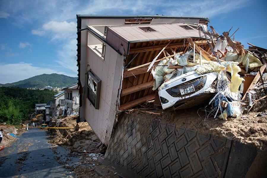 Asya kıtasındaki afetlerde binden fazla kişi öldü Güney Asya, Güneydoğu Asya ve Doğu Asya'yı temmuz ayında etkisi altına alan afetlerde binden fazla kişi yaşamını yitirdi.          Hindistan'da bu yıl muson yağmurları bine yakın can alırken, Japonya'da 6 Temmuz'da başlayan şiddetli yağışların yol açtığı sel ve toprak kaymalarında 222 kişi yaşamını yitirdi. Japonya'daki 31 eyalette, şiddetli yağışlardan dolayı iki haftada 700'den fazla toprak kayması meydana geldi. Ülkede 9-22 Temmuz tarihlerinde etkili olan aşırı sıcaklar nedeniyle de 80 kişi hayatını kaybetti.          Nepal'de temmuz sonu itibariyle 3,5 ayda meydana gelen doğal afetlerde 455 kişi hayatını kaybetti. Nisan ayı ortasından itibaren yaşanan afetler, ülkede 3 bin 775 evin hasar görmesine neden olurken, maddi kaybın yaklaşık 30 milyon dolar olduğu tahmin ediliyor.          Çin'de temmuz ayında etkisini gösteren muson yağmurlarının etkisiyle 28 bölgede meydana gelen sellerde 86 kişi hayatını kaybetti, 13 kişi kayboldu. Ülkede şiddetli yağmurlar nedeniyle 2,18 milyon hektarlık alan sular altında kaldı, 30 bin ev hasar gördü ve yaklaşık 23 milyon kişi sellerden etkilendi.          Pakistan Ulusal Afet Yönetimi Otoritesi (NDMA), 31 Temmuz itibariyle ülkede son 40 günde muson yağmurları nedeniyle 60 kişinin öldüğünü açıkladı. Ülkede ayrıca mayıs ayında 45 dereceye kadar yükselen sıcaklar, çoğu hasta ve yaşlı 70'e yakın Pakistanlının hayatını kaybetmesine sebep oldu.