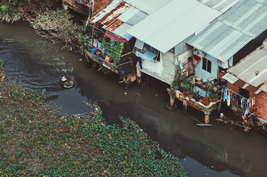 """Tayland'da muson yağmurlarından etkilenenlerin sayısı: 78 bin 334  Filipinler'in başkenti Manila ve Luzon Adası'nda temmuzda etkisini gösteren şiddetli yağışların yol açtığı sel ve toprak kaymaları nedeniyle 25 kişi hayatını kaybetti. Ülkenin orta kesimi ve Luzon Adası'nda etkili muson yağmurlarının neden olduğu zararın yaklaşık 52,6 milyon dolar olduğu kaydedildi.Filipinler'in kuzey kıyılarını 14 Eylül'de etkisi altına alan ve gücünden dolayı """"süper"""" olarak adlandırılan Mangkhut Tayfunu'nda 100'den fazla kişi yaşamını yitirdi.          Vietnam'da temmuz ayında büyük yıkıma yol açan """"Son Tinh"""" tayfunu nedeniyle 32 kişi öldü, 5 binden fazla ev zarar gördü, 17 bin hayvan telef oldu. Ülkede yılın ilk 10 ayında meydana gelen doğal afetlerde 185 kişinin öldüğü ya da kaybolduğu bildirildi."""