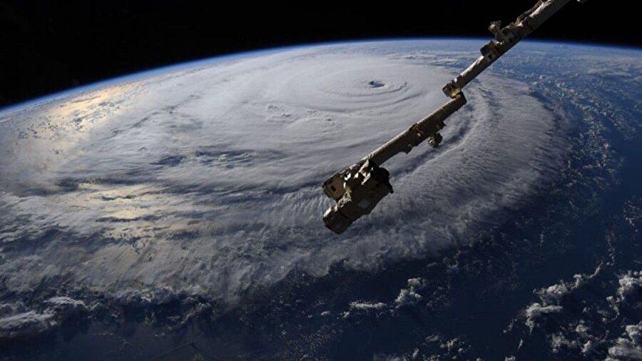 ABD'de kasırgalar  ABD'nin tedirginlikle beklediği Florence kasırgası 14 Eylül'de Kuzey Carolina'ya ulaştı. Kasırganın yol açtığı afet ve kazalarda 51 kişi öldü. Kuzey Carolina eyaleti Tarım Dairesinden yapılan açıklamada, kasırga nedeniyle tarım ve hayvancılıkla ilgili zararın 1,1 milyar doları geçtiği kaydedildi.          ABD'nin güneydoğusunu 11 Ekim'de vuran Michael Kasırgası'nda ise 35 kişi öldü.Batı Afrika ülkesi Nijerya'da ağustos ayına etkili olmaya başlayarak eylül ayı sonuna kadar devam eden şiddetli yağışların yol açtığı sellerde 242 kişi öldü. 12 eyalette etkili olan şiddetli yağışların yol açtığı sellerden 19 bin 369 kişi etkilendi ve 5 bin 732 ev sular altında kaldı.Hindistan'ın Tamil Nadu eyaletinin sahil kesimlerini 16 Kasım'da vuran Gaja kasırgasında 46 kişi yaşamını yitirdi.          Suudi Arabistan'da kasım ayında etkili olan şiddetli yağışların neden olduğu sel felaketinde 35 kişi öldü.          Irak'ta 23 Kasım'da etkili olan şiddetli yağışlar sonucu meydana gelen selde 21 kişi öldü, 180 kişi yaralandı, en az 3 bin ev hasar gördü. Musul vilayetinde, 1 Aralık'ta, şiddetli yağışlar sonucu meydana gelen sel felaketi nedeniyle acil durum ilan edildi.          İran'ın Kermanşah eyaletinde, 25 Kasım'da meydana gelen 6,4 büyüklüğündeki depremde 729 kişi yaralandı.