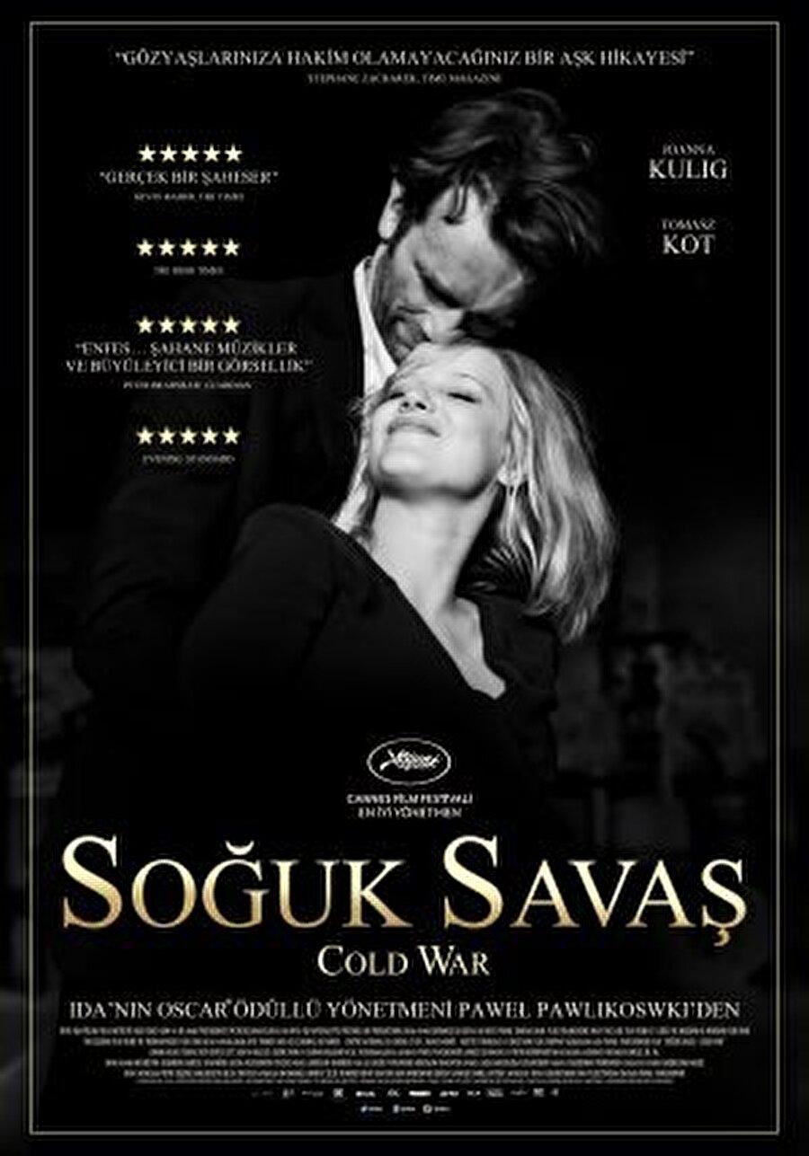 """4. Soğuk Savaş Polonyalı yönetmen Pawel Pawlikowski'nin bu yıl Cannes'dan """"En İyi Yönetmen"""" ödülüyle döndüğü filmi """"Soğuk Savaş""""; 1950'lerin kıta Avrupası'ndaki tekinsiz Soğuk Savaş atmosferinde, çok farklı geçmişlere ve kişiliklere sahip olsalar da tutkulu bir aşk yaşayan bir çiftin hikayesini beyaz perdeye taşıyor. Aşk ve dram karışımı filmin başrollerinde Joanna Kulig, Tomasz Kot, Borys Szyc, Agata Kulesza yer alıyor."""