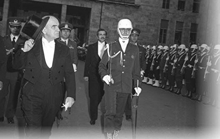 Fahri Korutürk (6 Nisan 1973 - 6 Nisan 1980)                                      Fahri Korutürk 1973 yılında Türkiye Büyük Millet Meclisi'nce Türkiye Cumhuriyeti'nin altıncı cumhurbaşkanı seçildi. Korutürk 1980 yılında yedi yıllık hizmet süresi tamamlandığından cumhurbaşkanlığı görevinden ayrıldı.