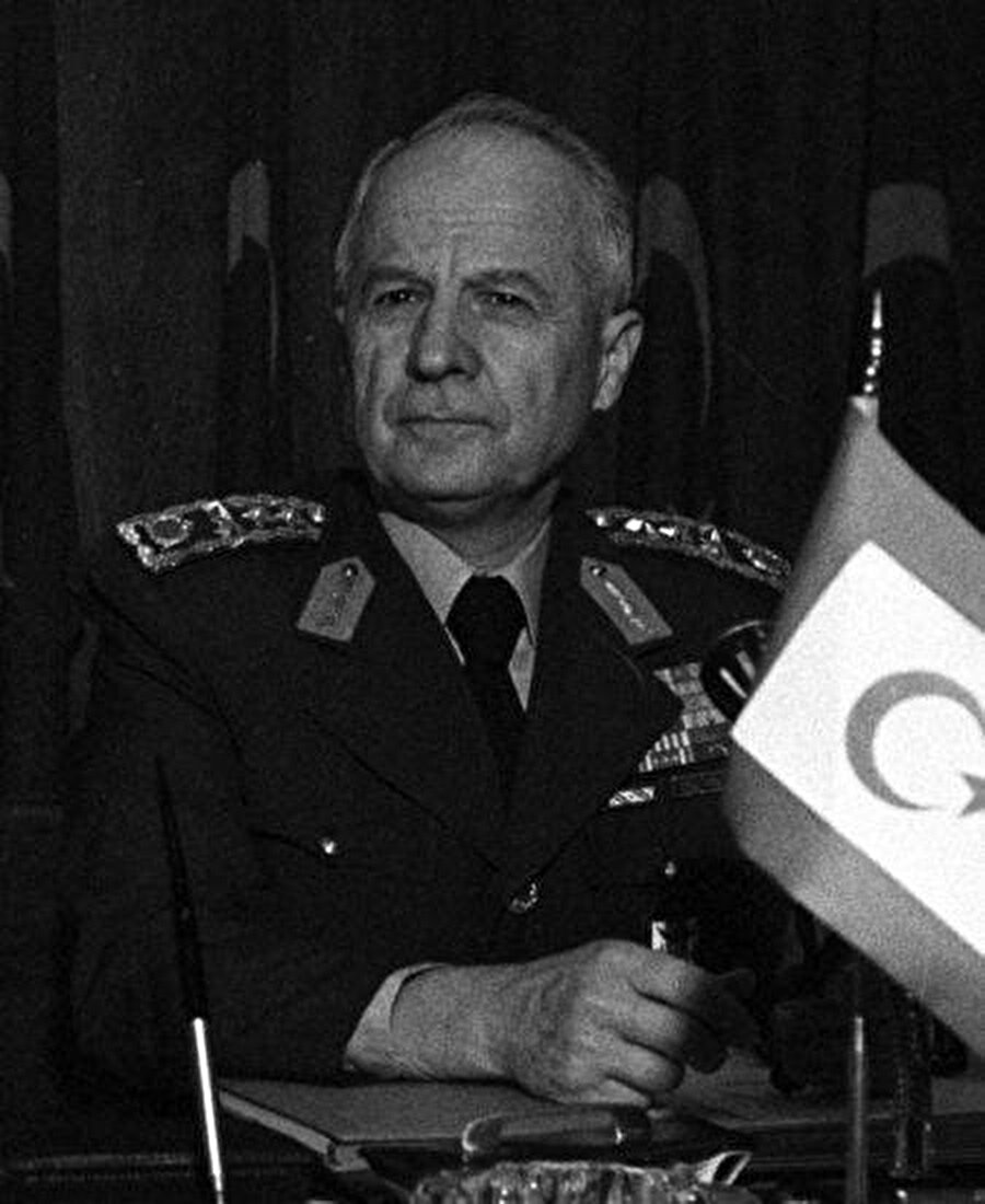 Kenan Evren (9 Kasım 1982 - 9 Kasım 1989)                                      Kenan Evren 7 Mart 1978'de Genelkurmay Başkanlığı'na atandı. Bu görevi sırasında 12 Eylül 1980'de gerçekleştirilen askerî darbeyle diğer görevlerinin yanı sıra Milli Güvenlik Konseyi ve devlet başkanlığını da üstlendi.          Evren, 7 Kasım 1982'de halkoyuna sunulan ve kabul olunan Anayasa ile Türkiye'nin yedinci cumhurbaşkanı olarak göreve başladı. Evren, 9 Kasım 1989'da görev süresini tamamlayarak cumhurbaşkanlığından ayrıldı.