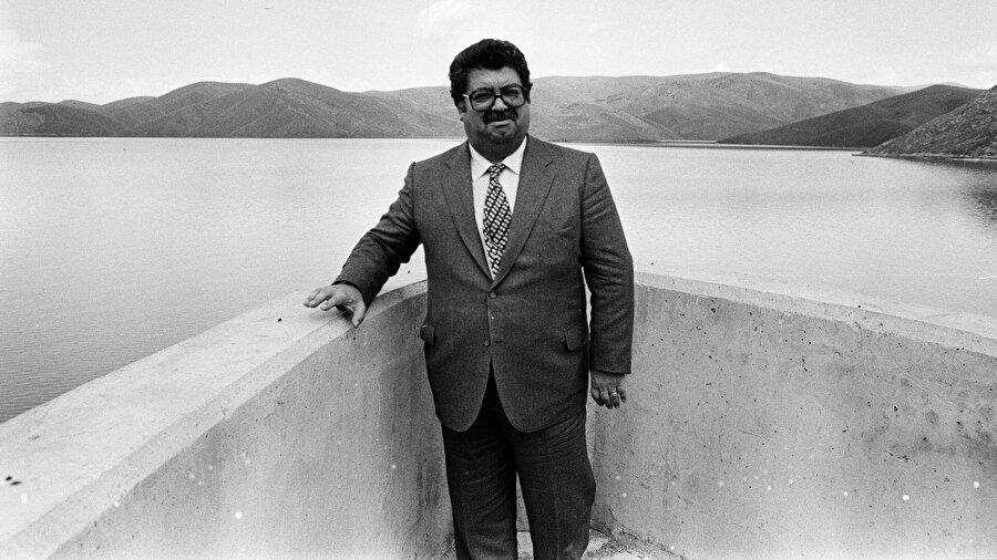 Turgut Özal (9 Kasım 1989 - 17 Nisan 1993)                                      Turgut Özal, 1983 yılında Anavatan Partisi'ni kurdu ve aynı yıl yapılan genel seçimlerde partisinin birinci gelmesi üzerine hükümeti kurmakla görevlendirildi ve Türkiye Cumhuriyeti'nin 19. Başbakanı oldu. Özal, 1987 seçimleri sonrasında tekrar hükümet kurdu ve başbakan olarak görev yaptı. 31 Ekim 1989'da Türkiye Büyük Millet Meclisi tarafından Türkiye Cumhuriyeti'nin sekizinci cumhurbaşkanı olarak seçilen Özal 9 Kasım 1989 günü bu görevine başladı. Turgut Özal 17 Nisan 1993 günü geçirdiği bir rahatsızlık sonucu görevi sırasında vefat etti.