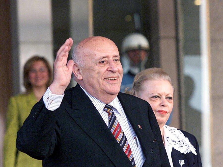 Süleyman Demirel (16 Mayıs 1993 - 16 Mayıs 2000)                                      6 Eylül 1987'de yapılan halk oylaması ile siyasî yasaklar kaldırılınca Süleyman Demirel 24 Eylül 1987'de Doğru Yol Partisi Genel Başkanlığı'na seçildi. Demirel, 29 Kasım 1987'de yapılan genel seçimlerde Isparta milletvekili olarak yeniden TBMM'ye girdi. Demirel, 20 Ekim 1991'de yapılan genel seçimler sonrasında Doğru Yol Partisi ile Sosyaldemokrat Halkçı Parti'nin oluşturduğu 49. Hükûmet'te başbakan olarak görev aldı.          16 Mayıs 1993'te, Türkiye Büyük Millet Meclisi tarafından Türkiye'nin 9. Cumhurbaşkanı seçilen Süleyman Demirel, 16 Mayıs 2000 günü görev süresini tamamlayarak cumhurbaşkanlığından ayrıldı.