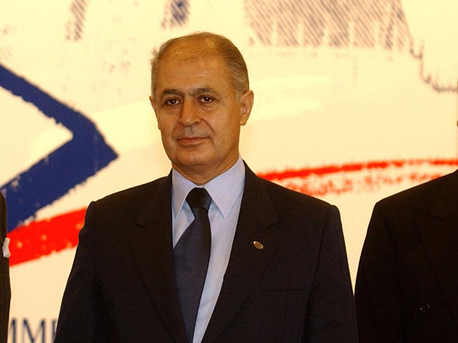 Ahmet Necdet Sezer (16 Mayıs 2000 - 28 Ağustos 2007)                                      Ahmet Necdet Sezer, sırasıyla Dicle ve Yerköy Hâkimlikleri ile Yargıtay Tetkik Hâkimliği görevlerinde bulundu. Medeni Hukuk alanında 1977-1978'de Ankara Hukuk Fakültesi'nde yüksek lisans öğrenimi yaptı. 1983'te Yargıtay üyeliğine seçildi. Yargıtay 2. Hukuk Dairesi Üyesi iken Yargıtay Genel Kurulu'nca belirlenen üç aday arasından cumhurbaşkanı tarafından 1988'de Anayasa Mahkemesi asıl üyeliğine atandı. Sezer, Anayasa Mahkemesi Kurulu'nca da 6 Ocak 1998'de Anayasa Mahkemesi Başkanlığı'na seçildi. Ahmet Necdet Sezer 5 Mayıs 2000'de Türkiye Büyük Millet Meclisi tarafından Türkiye'nin onuncu cumhurbaşkanı olarak seçildi. Sezer, 16 Mayıs 2000'de başladığı görevini 28 Ağustos 2007 tarihinde tamamladı.