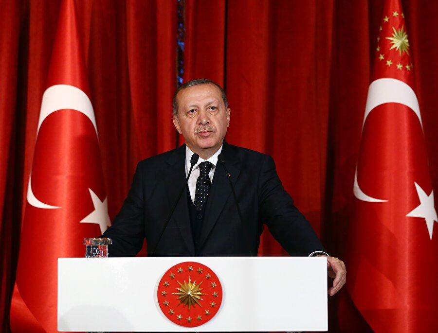 Recep Tayyip Erdoğan  (28 Ağustos 2014- Görevde)                                      15 Mart 2003 tarihinde Başbakanlık görevini üstlenen Recep Tayyip Erdoğan, 22 Temmuz 2007 genel seçimlerinde de %46,6 oy alarak büyük bir zafer kazandı, AK Parti'nin Genel Başkanı olarak Türkiye Cumhuriyeti'nin 60. Hükûmeti'ni kurdu ve tekrar güvenoyu aldı.          Recep Tayyip Erdoğan, 12 Haziran 2011 seçimlerinden de daha büyük bir zaferle çıktı ve % 49,8 oy alarak 61. Hükûmeti kurdu. Erdoğan, 10 Ağustos 2014 Pazar günü, Türk siyasi tarihinde ilk kez doğrudan halkın oylarıyla ve ilk turda 12. Cumhurbaşkanı seçildi.          16 Nisan 2017 tarihindeki halk oylamasında kabul edilen Anayasa değişikliği ile Cumhurbaşkanının partili olabilmesinin önünün açılmasının ardından Recep Tayyip Erdoğan, 21 Mayıs 2017 tarihinde gerçekleştirilen 3. Olağanüstü Büyük Kongrede, kurucusu olduğu AK Parti'nin Genel Başkanlığına yeniden seçildi.          Erdoğan, 24 Haziran 2018 Pazar günü yapılan Cumhurbaşkanlığı seçimlerinde %52.59 oy oranıyla yeniden Cumhurbaşkanı seçildi. Recep Tayyip Erdoğan 16 Nisan 2017'de kabul edilen Anayasa değişikliği ile hayata geçirilen Cumhurbaşkanlığı Hükûmet Sistemi'nin ilk Cumhurbaşkanı olarak 9 Temmuz 2018 tarihinde yemin ederek görevine başladı.