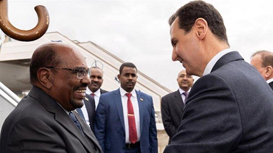 """Ömer Beşir, Esed ile görüştü Sudan Cumhurbaşkanı Ömer el-Beşir'in Şam'a düzenlediği kısa bir ziyarette Suriye rejimi lideri Beşşar Esed'le görüştüğü bildirildi. Sudan Cumhurbaşkanlığından basına yapılan davette Beşir'in kısa bir yurt dışı ziyaretinden ülkeye dönüşünün ardından önemli açıklamaların yapılacağı belirtildi. Sudan Cumhurbaşkanlığından yapılan açıklamada Şam'a yaptığı ziyaret sırasında Beşir'in Esed'le görüşmesinde """"Suriye sorunlarla karşı karşıya olan bir ülkedir, güçsüzleştirilmesi Arapların davalarının güçsüzleştirilmesi demektir."""" ifadelerini kullandığı belirtildi."""