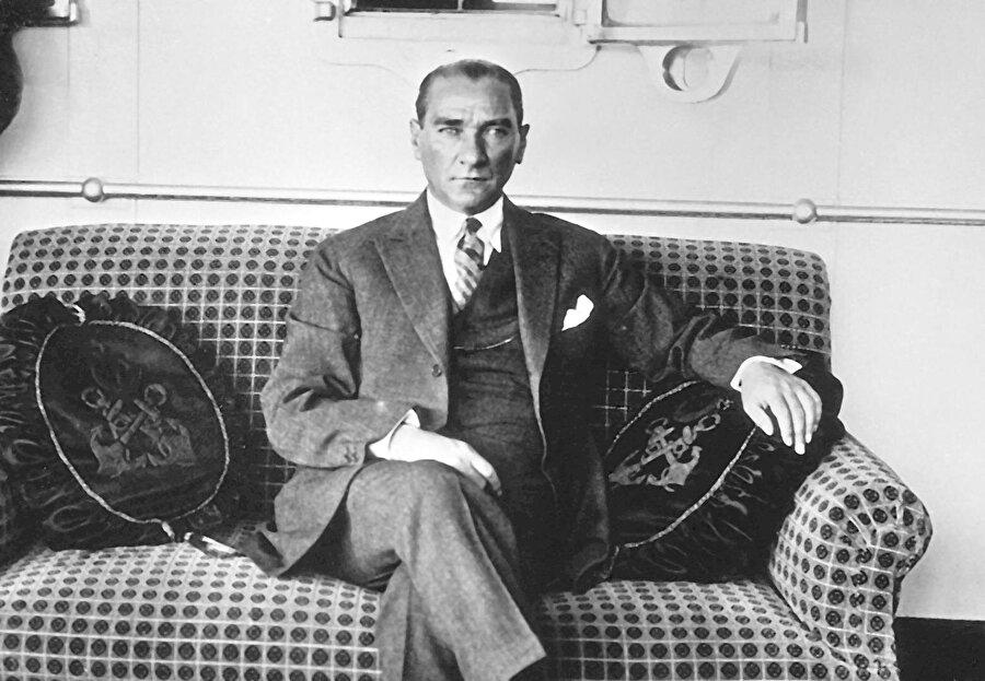Mustafa Kemal Atatürk (29 Ekim 1923 - 10 Kasım 1938)                                      29 Ekim 1923 yılında Cumhuriyet ilan edildi ve Atatürk ilk cumhurbaşkanı seçildi. Anayasa gereğince dört yılda bir cumhurbaşkanlığı seçimleri yenilendi. 1927,1931, 1935 yıllarında TBMM Atatürk'ü yeniden cumhurbaşkanlığına seçti. Atatürk görevi esnasında sık sık yurt gezilerine çıkarak devlet çalışmalarını yerinde denetledi. İlgililere aksayan yönlerle ilgili emirler verdi. Cumhurbaşkanı sıfatıyla Türkiye'yi ziyaret eden yabancı ülke devlet başkanlarını, başbakanlarını, bakanlarını komutanlarını ağırladı.     Atatürk, 15-20 Ekim 1927 tarihinde Kurtuluş Savaşı'nı ve Cumhuriyet'in kuruluşunu anlatan büyük nutkunu, 29 Ekim 1933 tarihinde de 10. Yıl Nutku'nu okudu.