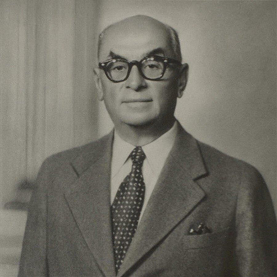 Celal Bayar (22 Mayıs 1950 - 27 Mayıs 1960)                                      Celal Bayar, çok partili siyasî yaşamın başlaması üzerine 1946 yılında Adnan Menderes, Fuat Köprülü ve Refik Koraltan ile birlikte Demokrat Parti'yi kurdu ve başkanlığa getirildi. Partisinin 1950 seçimlerini kazanmasından sonra 22 Mayıs 1950'de Türkiye Büyük Millet Meclisi'nce Türkiye'nin üçüncü cumhurbaşkanı seçildi.  Bayar, 10 yıl boyunca sürdürdüğü bu görevden 27 Mayıs askerî müdahalesi ile 1960 yılında uzaklaştırıdı.
