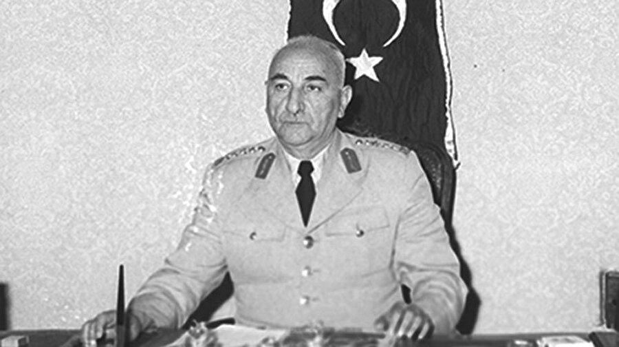 Cemal Gürsel (27 Mayıs 1960 - 28 Mart 1966)                                      Cemal Gürsel, 27 Mayıs 1960 günü gerçekleştirilen askerî müdahaleden hemen sonra MBK'nın başına getirildi. 28 Mayıs'ta devlet ve hükümet başkanlığı, Türk Silahlı Kuvvetleri Başkomutanlığı ve Milli Savunma Bakanlığı yetkilerini üstlenerek yeni hükümeti kurdu. 1961 Anayasası'nın hazırlanmasında önemli rol oynadı.  Cemal Gürsel halkoyuna sunulan ve kabul edilen bu Anayasa gereğince 10 Ekim 1961'de yapılan seçimlerden sonra oluşturulan Türkiye Büyük Millet Meclisi tarafından Türkiye'nin dördüncü cumhurbaşkanı seçildi. Gürsel'in 1966 yılında başlayan rahatsızlığının, görevini yapmasına engel olacak duruma gelmesi üzerine,TBMM kararıyla cumhurbaşkanlığı görevine son verildi.