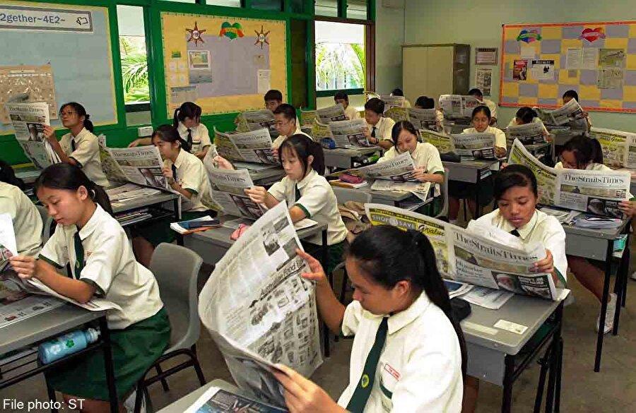 Singapur                                                                                                                Singapur, son yıllarda yapılan PISA, TIMMS ve PIRLS gibi uluslararası öğrenci değerlendirme sınavlarında elde ettiği başarılarla dikkatleri üzerine çeken bir ülkedir. Ülkelerin eğitim alanındaki politika ve uygulamalarının sonuçları hakkında bilgi veren uluslararası sınavlarda Singapur'un başarısı, bu ülkenin eğitim sistemine yönelik merak uyandırmaktadır.      Uluslararası değerlendirme çalışmalarında istenilen başarıyı yakalayamayan pek çok ülke için Singapur eğitim sisteminin öne çıkan özellikleri örnek teşkil ediyor.     Singapur'daki eğitim sistemi dünyada en çok kabul edilen eğitim sistemi olarak biliniyor. Yoğun ve sert bir eğitim sistemleri mevcut. Küresel karşılaştırmalar yapıldığında matematik ve fen yeteneği genellikle Singapur'un eğitim sisteminin temelini oluşturuyor.      Singapur'da üniversite öncesi eğitim; teknik eğitim enstitüleri, politeknikler, kolejler ve merkezileşmiş enstitüler aracılığıyla verilmektedir. Teknik eğitim enstitüsünün birincil rolü, mezunlarına sanayinin ihtiyaç duyduğu teknik bilgi ve becerileri kazandırmaktır. Politeknikler, Singapur'un teknolojik ve ekonomik gelişimini desteklemek için orta düzey profesyonelleri yetiştirmek amacıyla kurulmuştur.     Kolejler ve merkezileşmiş enstitüler ise öğrencileri yükseköğrenim için gerekli temel bilgi ve becerilerle donatarak üniversite eğitimine hazırlamaktadır. Bu kurumlarda öğrenciler; beşeri bilimler, dil, sanat, matematik ve fen bilimleri gibi farklı akademik alanlarda eğitim almayı tercih edebilirler.