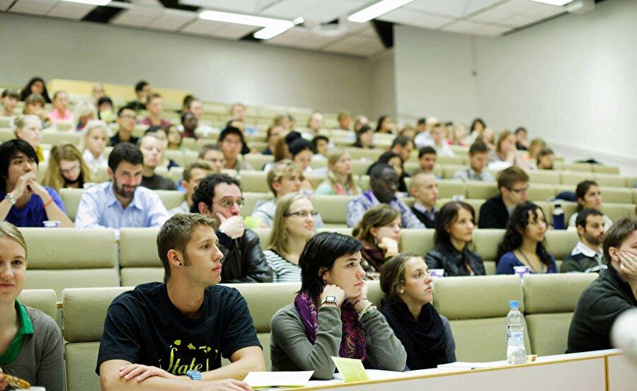 Finlandiya                                                                                                                Finlandiya'nın eğitim sisteminde öğretmenler, ülke mezunlarının en başarılı % 10'unun içinden seçiliyor ve eğitim alanında yüksek lisans derecesi edinmesi gerekliliği buluyor.     Dünyanın en iyi eğitim sistemlerinden birine sahip Finlandiya'da özel okul yok, öğrenciler günde 4 saat ders yapıyor, küçük çocuklar oynayarak öğreniyor, sınav yapılmıyor, ileri sınıflarda yapılırsa da sonuçları öğrenciye söylenmiyor. Öğretmenlerin hepsi master diplomalı, en dezavantajlı çocuğu bile en iyi seviyeye getirecek kadar azimliler ve eğitimde fırsat eşitliği temel prensipleri.