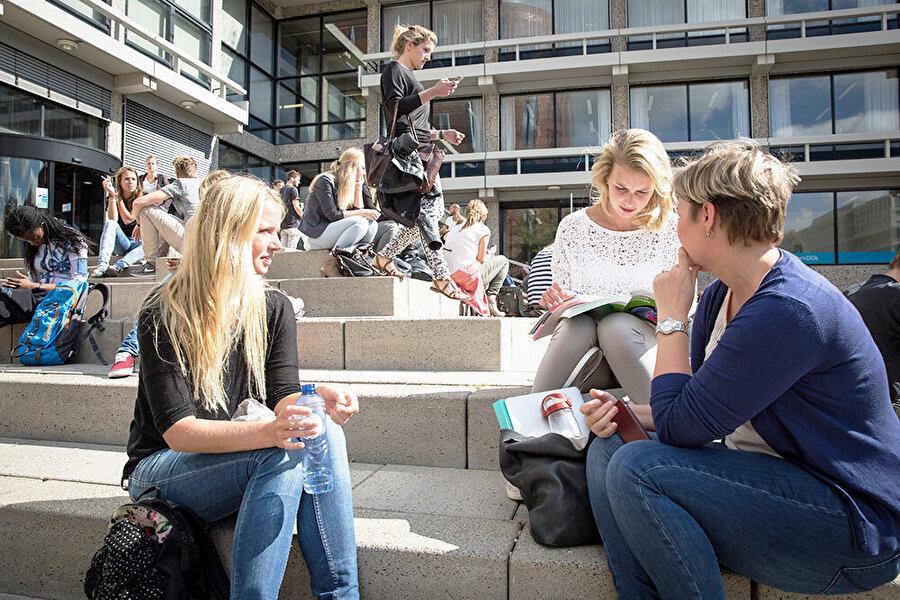 Hollanda                                                                                                                 Hollanda'da okullara göre akademik yıl semester ( 21 haftalık iki bölüm) veya trisemester( 14 haftalık üç bölüm) olarak düzenlenir. Bütün okullar sadece Eylül ayında öğrenime başlarlar. Okul yılı ağustos ve haziran ayları arasında en az 200 günü kapsamaktadır. Okul haftanın beş günü açıktır ancak ilkokulda çarşamba öğleden sonraları genelde ders yoktur.     Hollanda'da zorunlu eğitim 12 yıldır. Okul öncesi eğitim de zorunlu eğitim kapsamındadır. Çocuklar 4 yaşına kadar Refah, Sağlık ve Kültür İşleri Bakanlığına bağlı çocuk yuvalarında bakılır ve eğitilir. Bu zorunlu değildir. Bu bir okul öncesi eğitim değildir. Bu yuvalarda lise üstü iki yıllık yüksekokul mezunu öğretmenler görev yaparlar. Dört yaşına giren çocuk, o andan itibaren Temel Okula (ilköğretim) isterse kaydını yaptırabilir. Ancak beş yaşına giren çocuklar kayıt yaptırmak zorundadırlar. Yani zorunlu eğitime başlama yaşı beştir. Zorunlu eğitim 17 yaşında bitirilir.     Hollanda yüksek öğretim sistemi kurumsal olarak üniversiteler ve meslek yüksek okullarından(Hogescholen) oluşur.      A)Üniversite: (WO) * Hollanda'da toplam 13 üniversite mevcuttur. En eski üniversite 1575 yılında kurulan Leiden Üniversitesidir. Yaklaşık 25.000 ögrenci ile en büyük üniversiteler Amsterdam ve Utrecht'tir. Üniversitelerde daha çok akademik kariyer için eğitim verilir. Verilen dersler(Wetenschappelijk onderwijs‐WO) genelde teorik ağırlıklıdır.      HBO'lar öğrencileri daha çok mesleki bakımdan eğitirler. Toplam 13 üniversite olmasına karşın ülkede yaklaşık 65 HBO (Yüksek Meslek Okulu) mevcuttur. HBO'larda mesleki eğitimin yanında teori eğitimi de verilir. Bu yüzden üniversiteler ve HBO'lar birbirlerine yaklaşmaktadırlar. HBO'dan alınan bir diploma aynı zamanda üniversitelerde de geçerlidir.