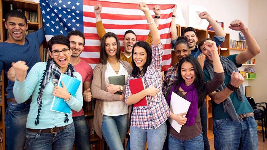 ABD                                                                                                                 Amerika'da, ezber odaklı eğitimin aksine daha çok  öğrencilerin derse katılımını teşvik eden bir metod kullanılır. Öğrenciler ders içerisinde sürekli olarak öğretmenlerine sorular sorarak etkin olmaya çalışırlar. Sınıfta pasif durumda olan öğrenciler var ise öğretmen, bu öğrencilerin derse katılımında yardımcı olur. Ülkede her eyalet verdiği eğitimden sorumludur. Eyaletler, kendi müfredatını ve hedeflerini belirler daha sonra uygulamaya geçer.      Zorunlu ve ücretsiz eğitim (Eyaletlere göre zorunlu eğitim yaşı değişmektedir. 30 eyalette 16 yaşına kadar 9 eyalette 17 yaşına kadar 11 eyalet ve District of Columbia'da 18 yaşına kadar. Bütün bireyler en azından 16 yaşında kadar zorunlu eğitim almak zorundadır. Zorunlu eğitim kamu okullarında ücretsizdir.     Eğitim Finansmanı kısmen federal devlet kısmen de yerel odaklıdır. (U.S. Department of Education – %7, Eyaletler – %50, Yerel Yönetimler – %41, Özel kuruluş ve kişiler – %2) Eğitimden sorumlu bir bakanlık yoktur. Sorumluluklar eyaletlere bırakılmıştır.     Yerel çabaları, özel sektörü, toplumsal örgütleri, velileri ve öğrencileri eğitimin kalitesini geliştirmeye yönelik teşvik eder. ABD'deki eğitim sisteminde toplumun, velinin ve öğrencilerin eyalet eğitim programlarına ilişkin ilgilerinin arttırılması hedeflenir.      Ülkede eğitim etkinliklerinin yürütülmesi konusunda yasal yetki ve sorumluluklar bazılarında eyalet meclislerine aittir.           Amerika'da eğitim yapısı eyaletten eyalete farklılık göstermektedir. Dört farklı eğitim yapısı bulunmaktadır.          6 yıl ilkokul + 6 yıl lise     8 yıl ilköğretim +4 yıl lise     5 yıl ilkokul + 3 yıl ortaokul + 3 yıl lise     4 yıl ilkokul + 4 yıl ortaokul + 4 yıl lise     Liseyi bitiren öğrenciler, sertifika ya da diploma programları ile kısa sürede pratik eğitim alarak iş hayatına atılabilir, teknik enstitülere, meslek yüksek okullarına veya üniversit
